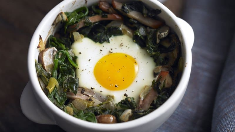 healthy-baked-eggs-with-mushroom-spinach